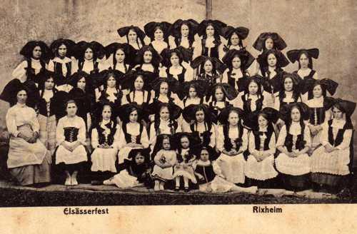 Les Alsaciennes de Rixheim lors du premier Elsasserfest organisé par le Cercle Saint-Léger, le 13août 1913. La seconde édition devait se dérouler le dimanche 9 août 1914, mais ce jour-là, Rixheim fut le théâtre d'une sanglante bataille.