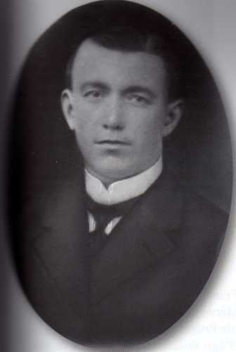 Albert Blatz, né le 27 avril 1884 à Heidolsheim, installé à Rixheim en 1909, marié et père de deux enfants, mourut le 14 juillet 1915 à Lipnniki, sur le front est.