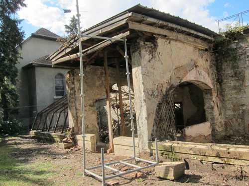 La remise en état des bâtiments des serres.