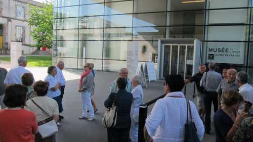 Devant le bâtiment du Musée de l'Image, construction contemporaine avec sa façade en verre sérigraphié.