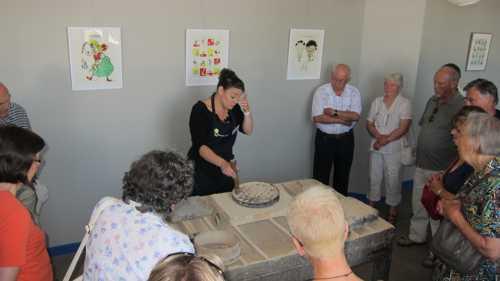 """La technique de la lithogravure : le bloc de pierre calcaire polie est posée sur une presse adaptée, dite """"lithographique"""""""