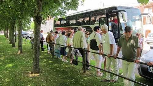 L'arrivée du bus dans le jardin public situé en face du château.