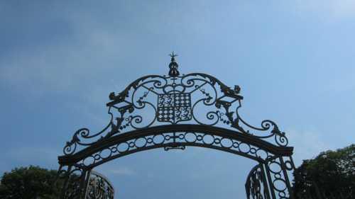 La grille d'entrée du château, oeuvre de Jean Lamour, est surmontée du blason des Beauvau-Craon.