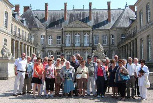 Dans la cour d'honneur du château d'Haroué