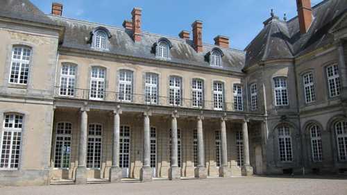 Dans la cour d'jhonneur, la ferronerie des balcons est l'oeuvre de Jean Lamour.