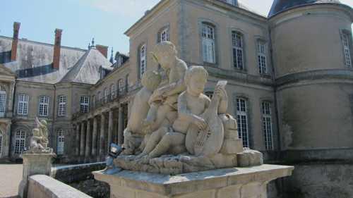 L'un des groupes d'enfants sculpté par Barthélémy Guibal.