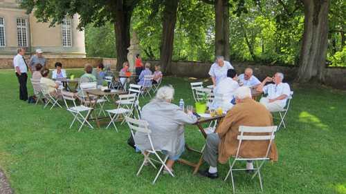 pause buvette dans le parc du château, en attendant le début de la visite.