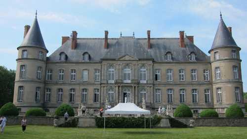 La façade du château tournée vers les jardins.