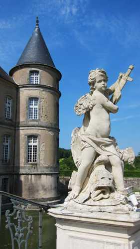 Une sculpture de Brathélémy Guibal et une des tours du vieux château intégré dans le nouvel ensemble.