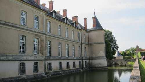 Quelques-unes des 365 fenêtres et 52 cheminées du château.