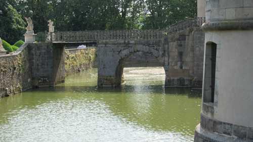 Un des 4 ponts qui enjambe les douves de l'ancien château.