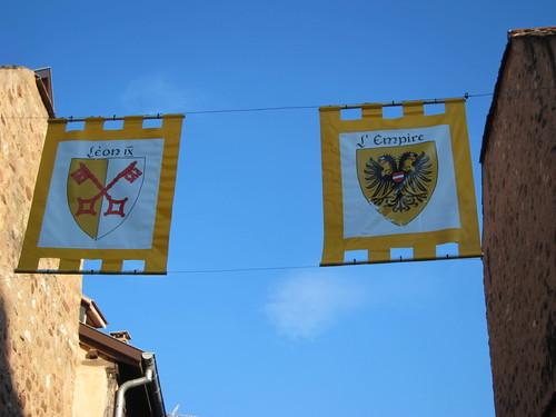 En levant la tête, le visiteur est informé que c'est bien la cité du pape Léon IX et que jusqu'en 1648, Eguisheim, comme toute l'Alsace faisdiat partie du Saint-Empire-Germanique.