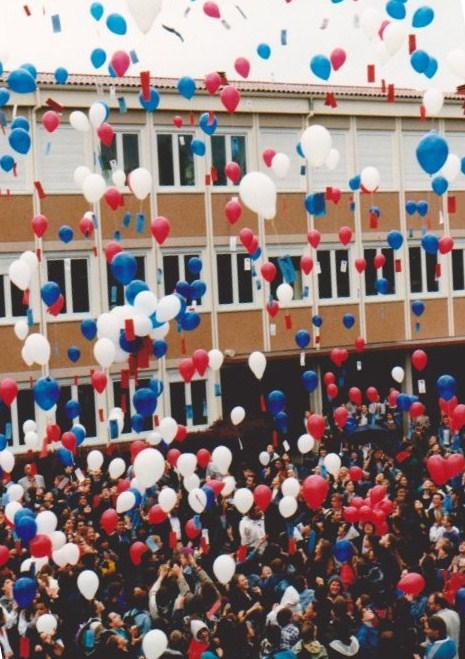 Le lâcher de ballons du 25 mai 1996, des ballons porteurs de messages de tolérance et d'espoir rédigés par les élèves du Collège.