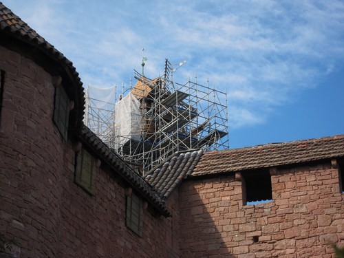 Suite aux dégâts de la tempête de 1999, il a fallu refaire les toitures . Le moulin à vent, installé par Bodo Ebhardt au sommet d'une tour d'artillerie , qui lui a valu de nombreuses critiques, est en voie de rénovation.