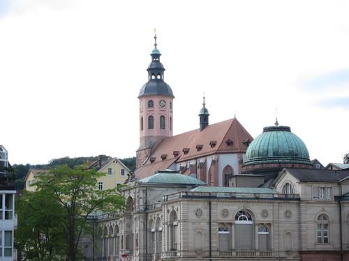 La Stifskirche, avec son clocher baroque.