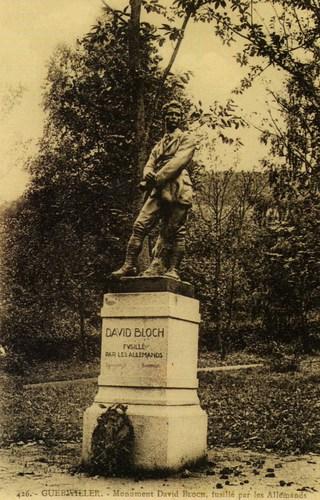 Le monument dédié à David Bloch, inauguré à Guebwiller en 1923 et détruit par les nazis en 1940. Il fut remplacé en 1965 par une stèle rappelant le destin tragique de David Bloch.
