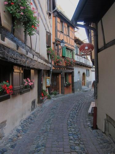 Ces rues correspondent aux anciens remparts.