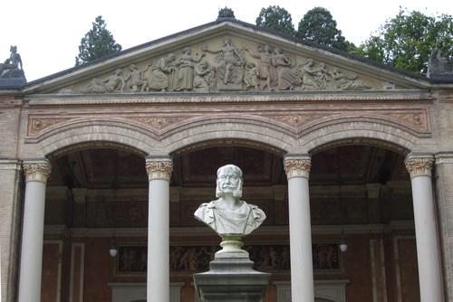 Sur le fronton de la façade, le sculpteur Xaver Reich a illustré les vertus thérapeutiques de l'eau thermale: à gauche, les gens sont malades et après avoir bu l'eau de source que leur tend la nymphe centrale, ils s'en vont guéris. Le buste de l'Empereur d'Allemagne , Guillaume I, oeuvre du sculpteur Josef von Kopf, rappelle que Guillaume venait régulièrement en cure à Baden-Baden, d'abord comme prince héritier de Prusse, puis comme roi de Prusse, et enfin comme Empereur d'Allemagne.