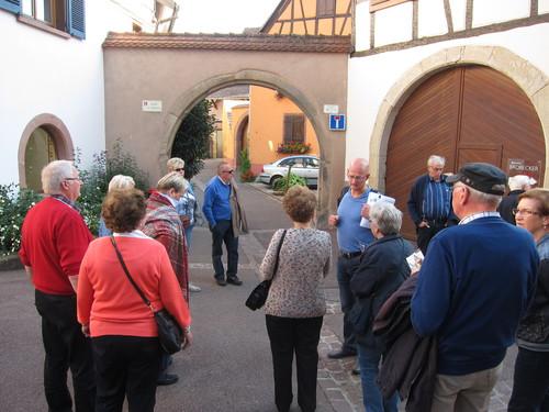 Benoit Meyer avec une partie du groupe dans les rues d'Eguisheim.