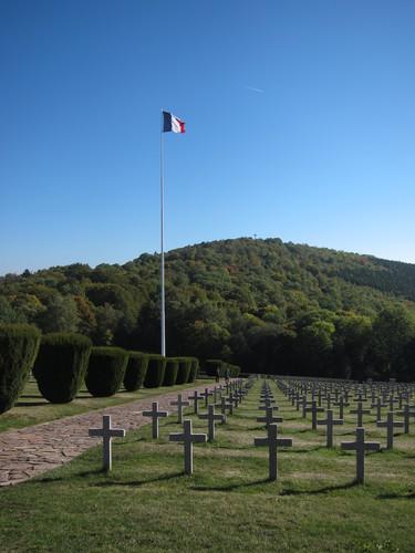 la nécropole nationale où reposent 1640 soldats français dont 384 non identifiés inhumés dans six ossuiazres.