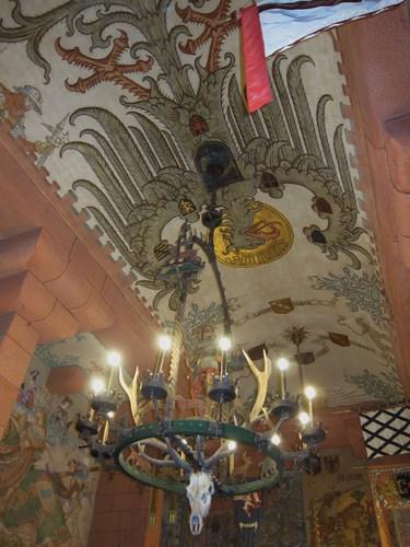 Au plafond trône l'aigle impérial allemand.