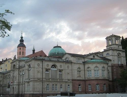 L'énorme Fridrichsbad avec sa coupole, inspirée des bains de Budapest. On devine à l'arrière-plan le clocher de la Stifskirche de Baden-Baden.