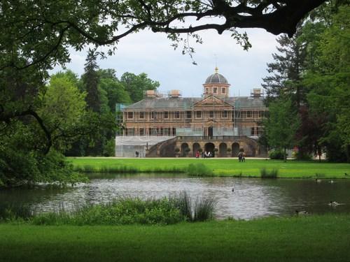 L'ancienne façade principale du château, devenue la façade côté jardin après 1805, suite à la transformation du parc en jardin à l'anglaise.