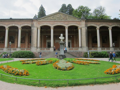 La Trinkhalle, construite en style florentin, entre 1839 et 1843, par Heinrich Hübsch, le succeseur de Weinbrenner au poste d'architecte du Grand Duc.