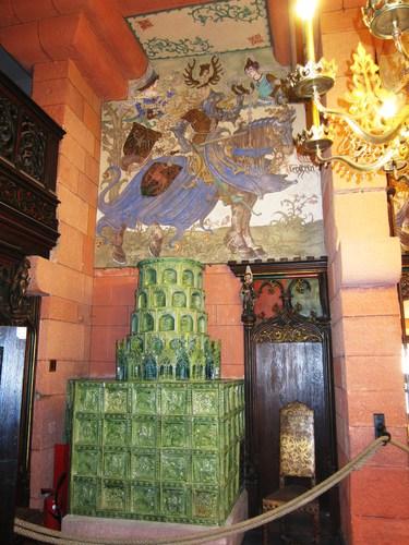 On y trouve aussi un superbe poêle surmonté de la fresque du chevalier de Thierstein.
