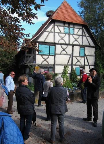 Une belle maison alsacienne avec ses colombages et son balcon.