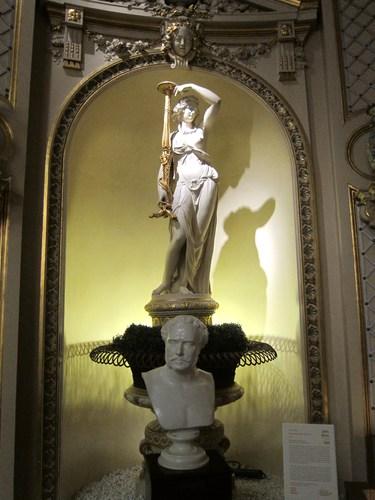 """Devant l'une des fontaines, le buste de Jacques Bénazet. Après l'interdiction des jeux d'argent en France, par le roi Louis-Philippe, Jacques Bénazet, qui animait les salles de jeux parisiennes du Palais-Royal, vint s'installer à Baden-Baden en 1838. Il développa le casino, fit fortune et devint un des mécènes de la ville . Sa renommé fut telle qu'il fut surnommé le """"le roi de Baden""""."""
