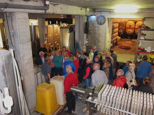 La visite se poursuivit dans la cave du viticulteur.