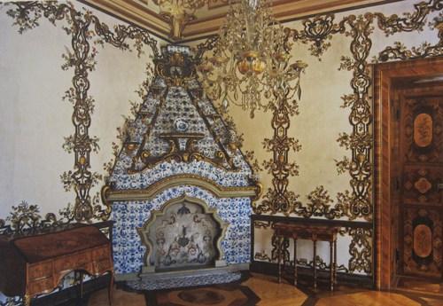 """Dans les chambres d'apparat ces """"cheminées hollandaises"""" sont habillées de carreaux de faïencerie hollandaise."""