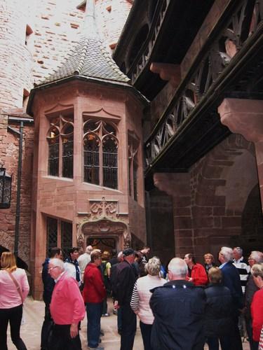 Dans la cou du haut-château, cet escalier d'honneur, néo-gothique, mène au premier étage du logis seigneurial.