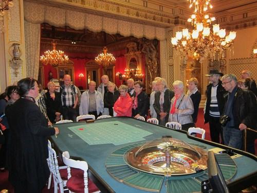 Les tables de jeux du jardin d'hiver : cette salle est décorée de deux fontaines et de seize vases chinois.