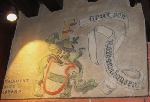 Sur une fresque le nom de l'architecte Bodo Ehrhardt voisine avec celui d'un ancien possessseur du château le Garf von Rathsamhausen, avec qui l'architecte pensait avoir un lien de famille.