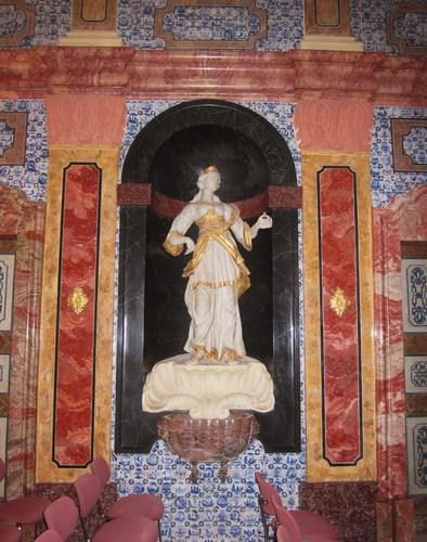 La statue de la Charité, dans une des niches du Gartensall, décorait une fontaine destiné à rafraîchir la pièce en été. En fac dans l'autre niche se trouv la statue de la Justice. et la Jus