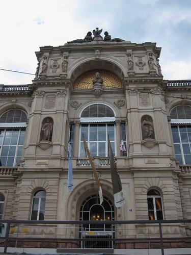L'entrée monumentale du Friedrichsbad avec le buste du Grand-Duc.