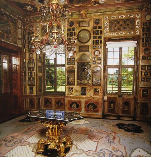 Le non moins étonnant cabinet florentin à l'exubérante décoration : 758 panneaux ornés de mar