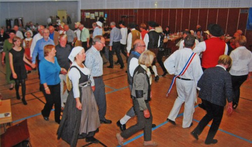 En fin de soirée la Sundgauvia invita le public à participer à des rondes.