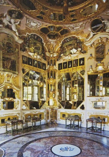 L'étonnant cabinet des glaces s'inspire des plans de l'architecte français Daniel Marot. Les murs et le plafond sont couverts de motceaux de miroir, convexes ou concaves, de différentes tailles.