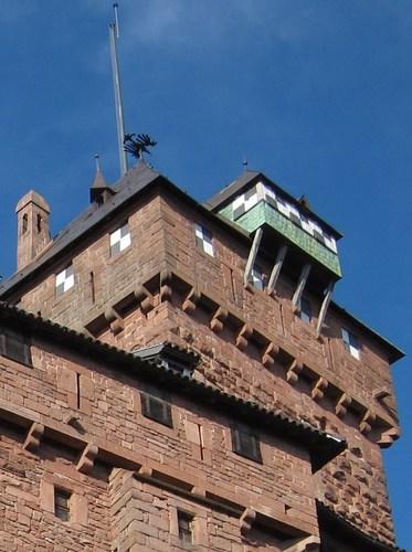 Le donjon est surmonté d'une silhouette de l'aigle impérial allemand.