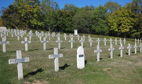 Parmi les tombes une sépulture d'un soldat musulman tombé pour la France et au loin se devine un des six ossuaires de la nécropole.