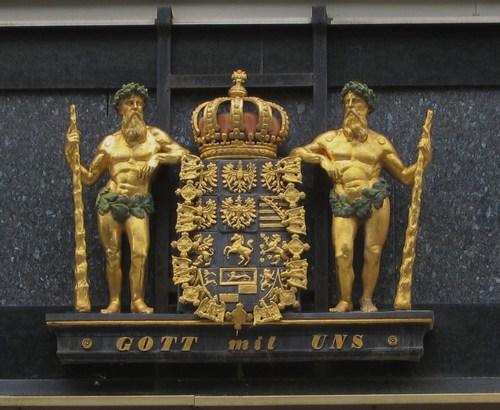 """Les armoiries du Royaume de Prusse avec la devise """"Gott mit Uns"""" (Dieu avec nous), adoptée par la Maison de Prusse en 1701."""