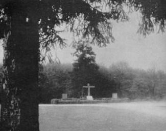 A la lisière de la forêt de la Hardt les Allemands aménagèrent cette sépulture pour des pilotes français abbtaus au cours de ce combat aérien du 16 mars 1919.