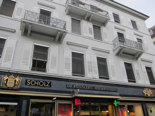 Cette pharmacie de la Sophienstrasse, fondée en 1831 fut achetée en 1887 par Rössler, le pharmacien attitré de la Cour du Grand-Duc. Sur la façade, on trouve les armoiries du Grand-Duché de Bade et du Royaume de Prusse.