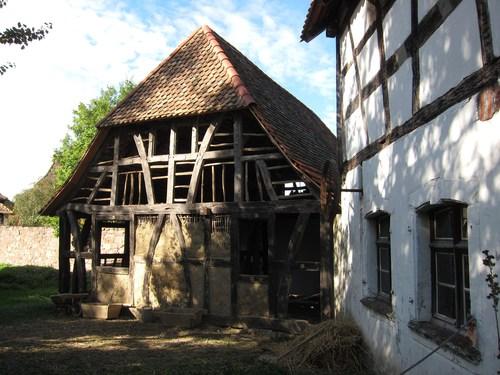 A côté du grenier à grain, dans le cadre du 30ème anniversaire de l'écomusée, des bénévoles ont remonté la maison de Rixheim, qui se trouvait à l'entrée de la rue du Raisin .
