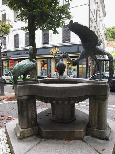 Dans la Sophienstrasse, cette fontaine aux hérons est alimentée par l'eau chaude d'une des sources.