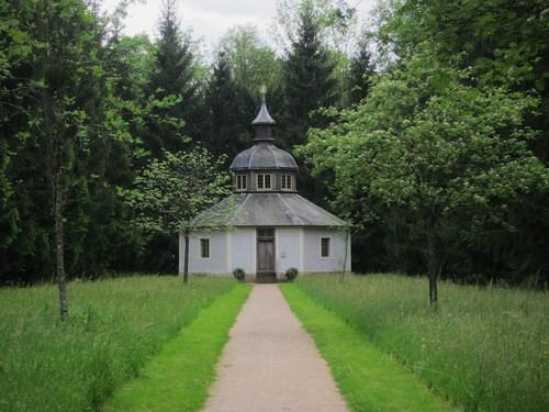 la pieuse Sibylla Augusta fit aménager dans le parc cette chapelle en bois, dédiée à la Madone, appelée l'Ermitage.