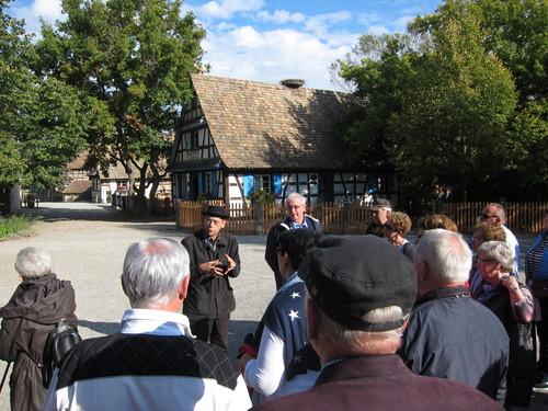 Le guide de l'écomusée d'Alsace présente en allemand ce musée de plein air, inauguré le 1er juin 1984, sur le territoire de la commune d'Ungersheim.en